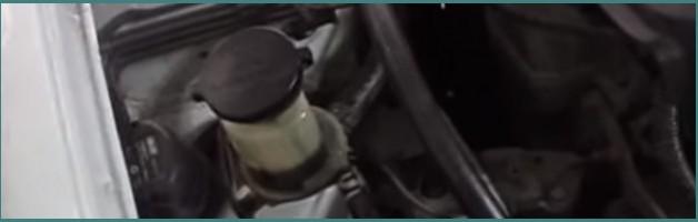 Как самостоятельно поменять масло в гидроусилителе руля автомобиля